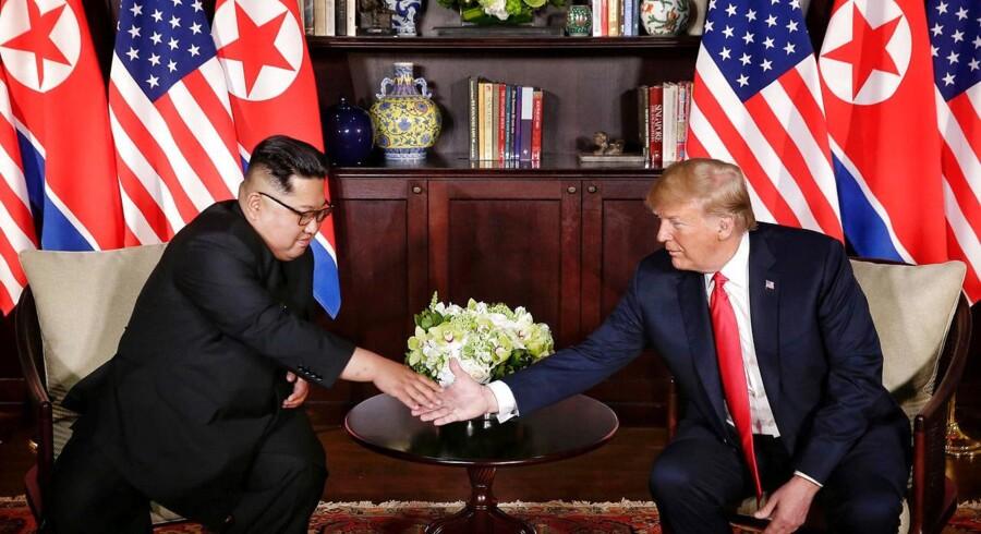 Der var smil og håndtryk, da den amerikanske præsident mødtes med Nordkoreas leder i Singapore 12. juni.