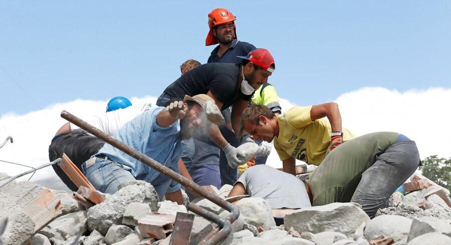 Byer er i undtagelsestilstand efter jordskælv. Antallet af døde, der hives ud fra murbrokkerne efter jordskælvet i Italien, er steget til 278.