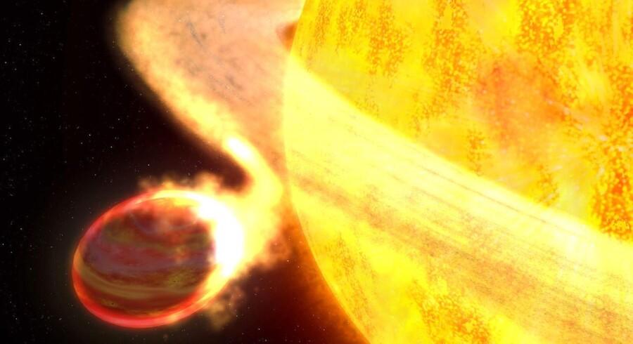 Den ultravarme kæmpeplanet har formentlig en kometlignende hale som følge af stoffer, der »damper« ud i rummet fra den.