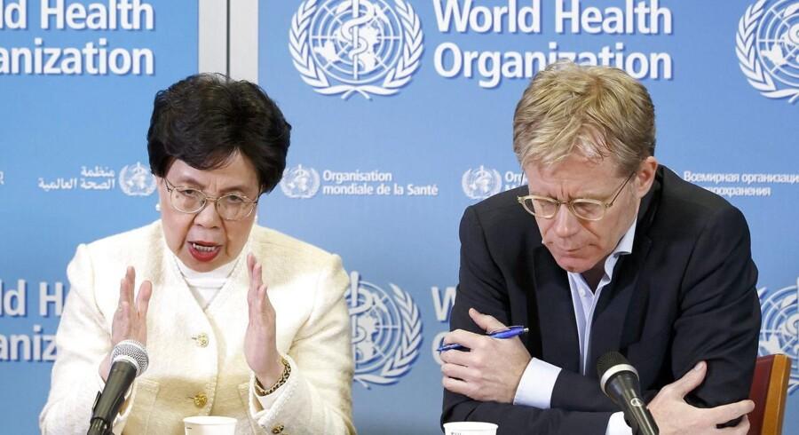 Beslutningen om at fjerne Ebola fra listen er truffet efter et møde i FN-organisationens krisekomité, hvor et ekspertpanel har præsenteret generaldirektør, Margaret Chan (tv), for den aktuelle situation omkring ebola i Vestafrika.