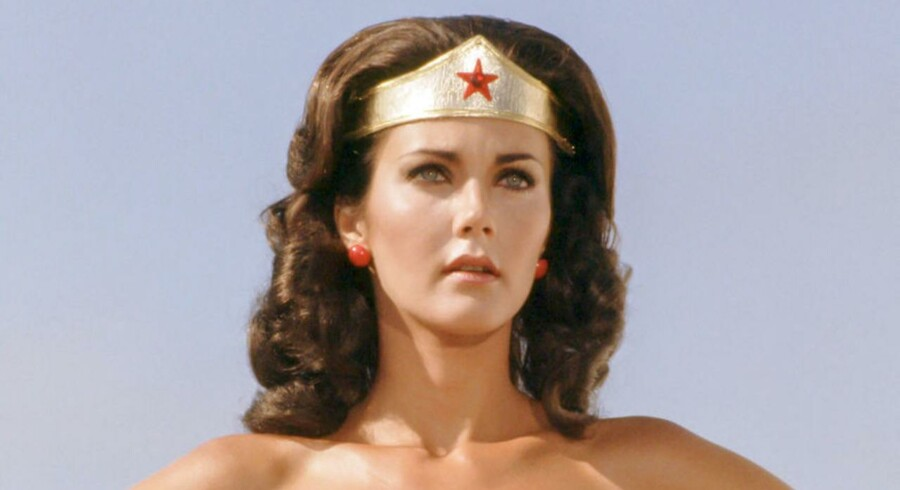 Ligesom i tegneserien fra 1940erne og i Lynda Carters figur fra 1976 (foto) har Wonder Woman stadig intet hår under armene. Det er mange sure over.