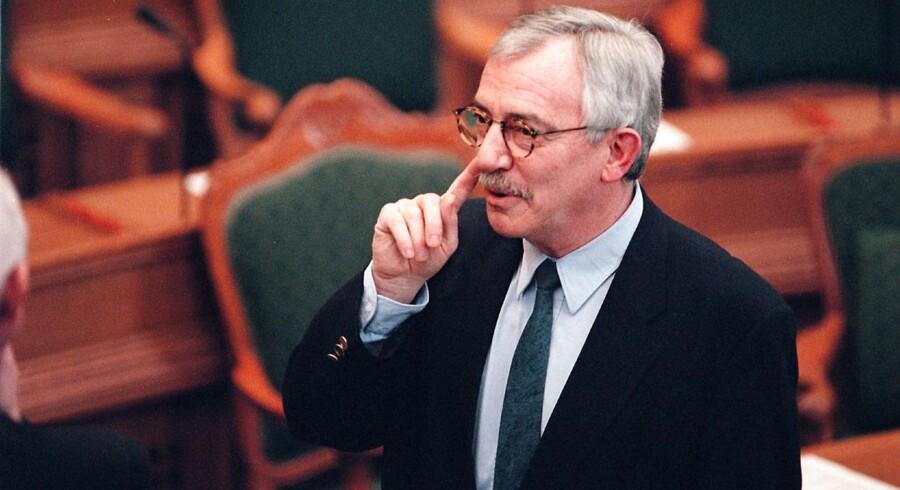 De røde partier vil give tidligere skatteminister Troels Lund Poulsen (V) en næse. Han bliver dermed medlem af en »eksklusiv« klub, der også tæller flere tidligere statsministre og partiledere. Uffe Ellemann-Jensen (V) fik i sin tid som udenrigsminister op mod 80 næser.