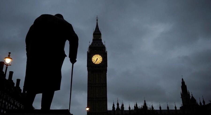 En statue af Winston Churchill foran Parlamentet i London.