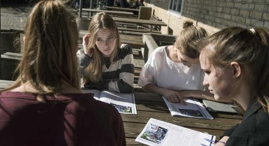 Naturvidenskabelig, sproglig eller samfundsvidenskabelig? I dag beslutter eleverne sig allerede i folkeskolen for, hvilken studieretning de vil have i gymnasiet. Regeringen lægger nu op til, at de først skal bestemme sig efter de tre første måneder i gymnasiet.