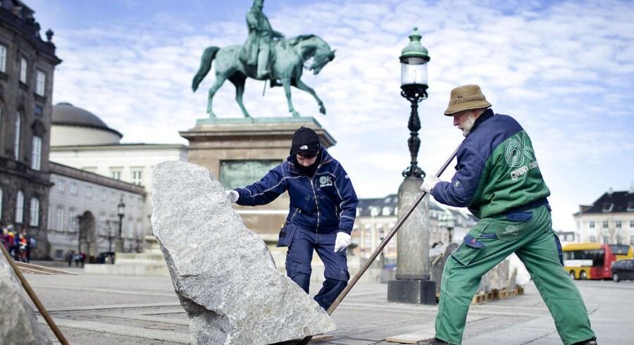 Christiansborg blev i 2013 midlertidigt terrorsikret med bornholmsk granit, der blev lagt i en halvcirkel på Christiansborg Slotsplads.