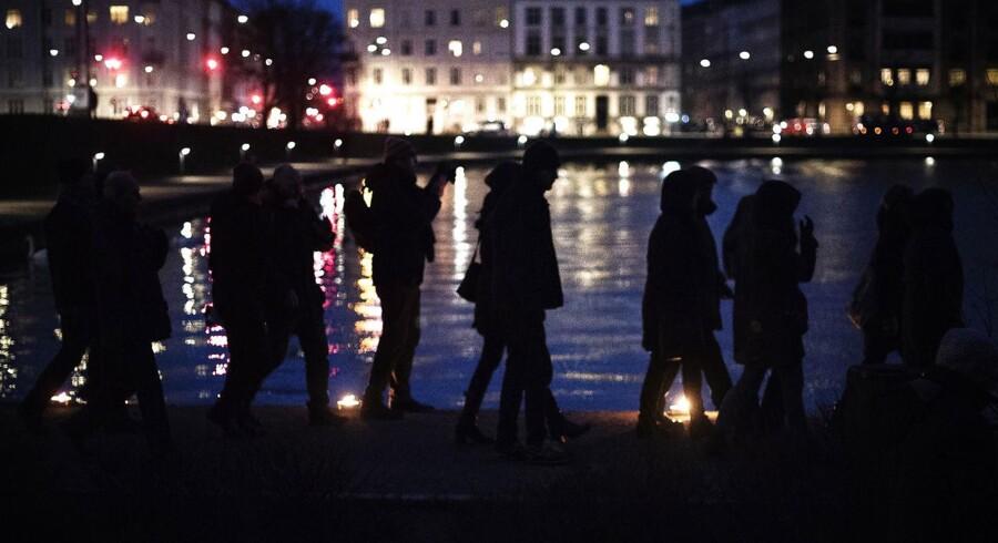 Lyskæde markerer årsdag og ofre for terror