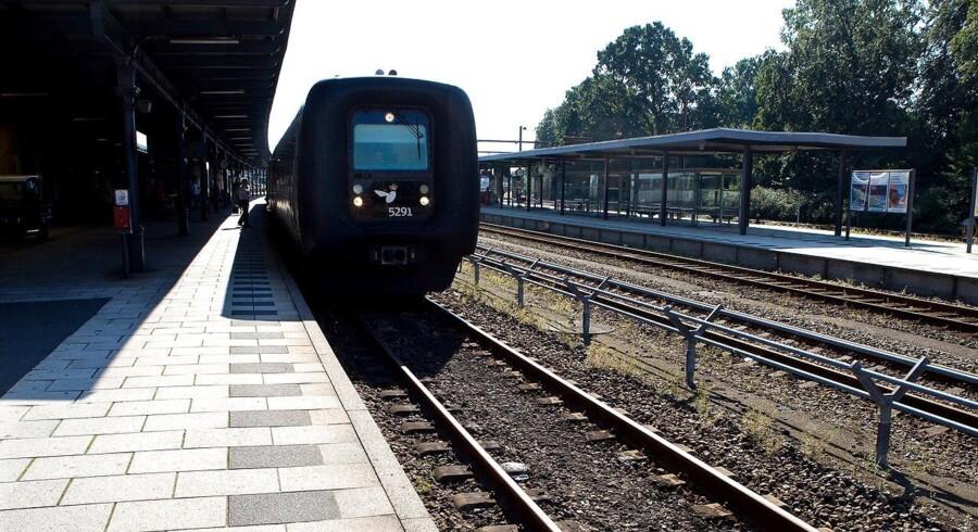 Arkivfoto: Ifølge DSB er der tale om et tog, der tidligere mandag brød sammen på strækningen. Det har indtil videre spærret det ene spor, men DSB bliver nødt til at spærre begge spor, når toget skal fjernes.
