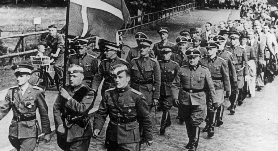 Danske frivillige i det nazistiske Waffen-SS, en særlig militær del af SS-organisationen, der her i sommeren 1941 marcherer gennem Hamburg, begik regulære krigsforbrydelser på Østfronten under Anden Verdenskrig. Foto: Scanpix