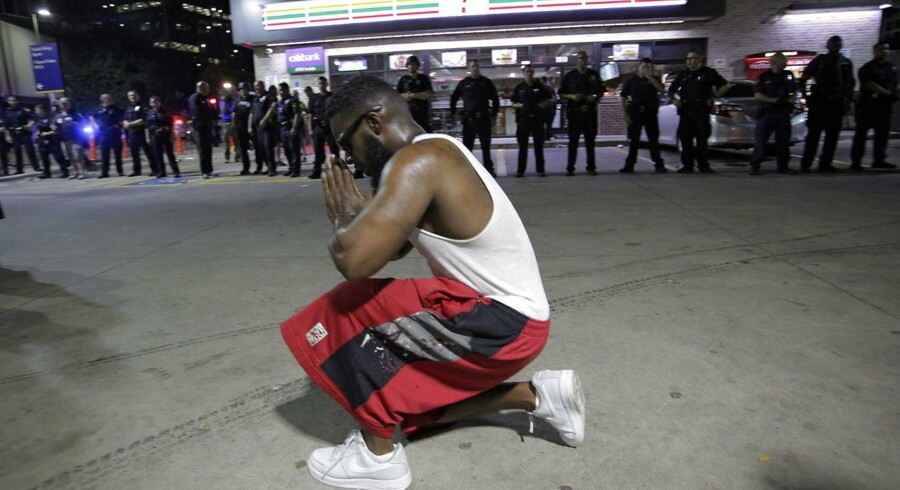 Omkring 2.000 borgere i Dallas, Texas gik på gaden i protest over, at hvide politifolk i denne uge har skudt to sorte mænd. Torsdag var det fem betjente, der blev skudt af ukendte gerningsmænd.