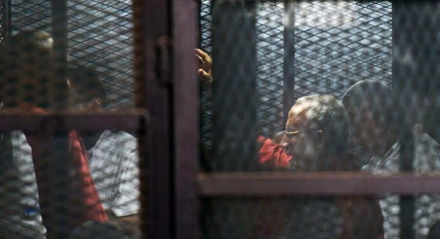 Lederen af Det Muslimske Broderskab i Egypten, Mohamed Badie, er idømt livsvarigt fængsel. Under retssagen sad han bag tremmer.