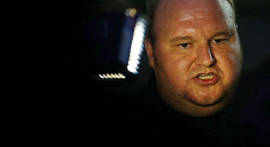 Kim Dotcom i hans palæ uden for Auckland, New Zealand, hvor han i øjeblikket sidder i husarrest. Retten tager i denne måned stilling til, om han skal udleveres til USA, hvor han står tiltalt for pirateri. Foto: AFP / Michael Bradley