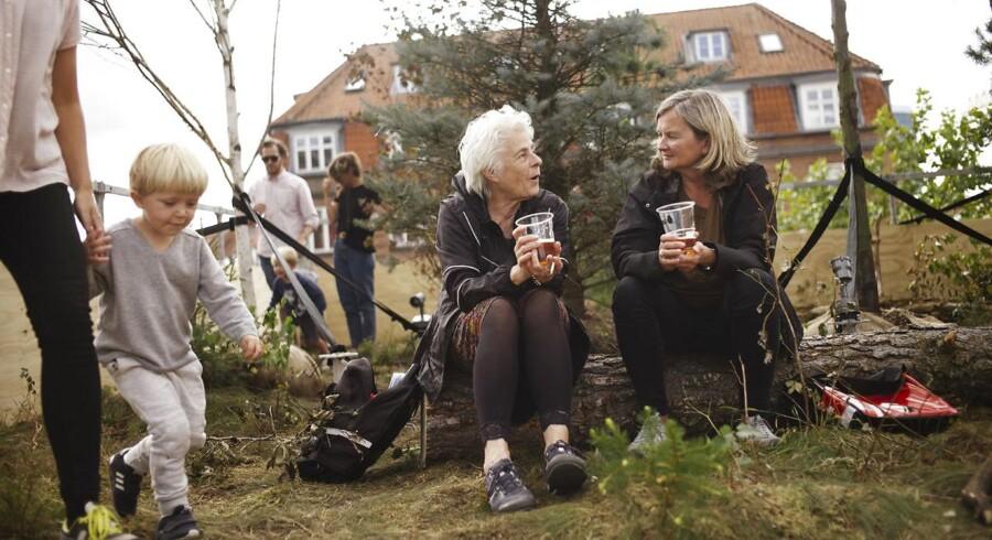 Vesterbro Torv i Aarhus, er i festugen omdannet til en have i højderne. Ania Stepniewska og Pernille Leth er lokale og utilfredse med hvor kedeligt torvet normalt er. Så idag fejrer de det grønne og haven. Festuge i Aarhus. Foto: Asbjørn Sand