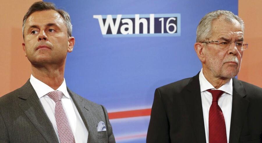 Alexander van der Bellen (t.v.) og Norbert Hofer under en TV-debat forud for søndagens østrigske valg, som i 11. time har udviklet sig til en sand gyser.