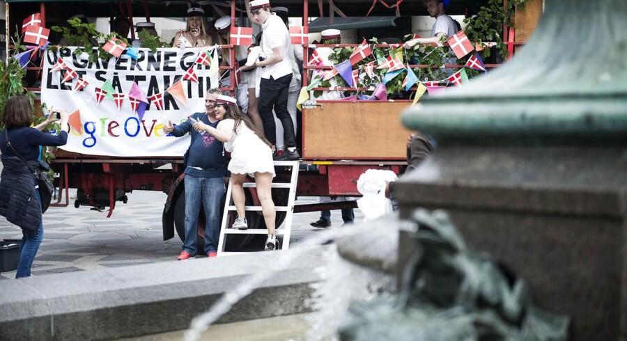 Arkiv: Glade studenter vil snart fylde gadebilledet, og traditionen tro vil årets studenter tage et smut forbi storkespringvandet på Amagertorv.
