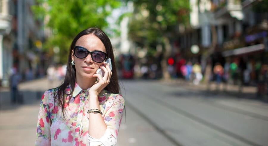 Fra juni 2017 - lige op til sommerferien - forsvinder de særlige (og dyre) udlandspriser på at bruge mobiltelefonen og internetforbindelsen fra de øvrige 27 EU-lande, så man kan undgå at lave en »Anker Boye« og få en kæmpe regning, som Odense-borgmesteren præsterede under en ferie. Arkivfoto: Iris/Scanpix