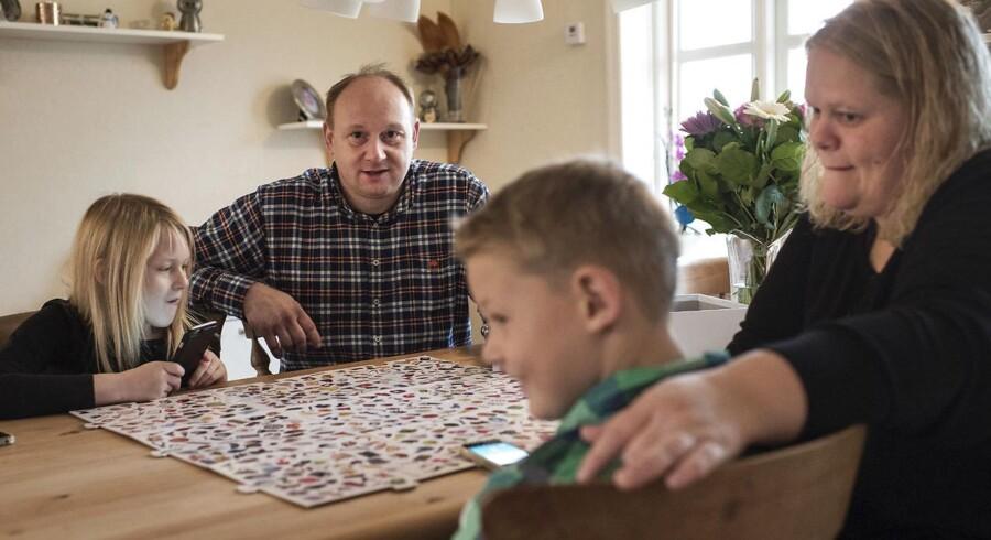 Annika og Johann Kjeldsen i Roslev har taget app'en MyMonii i brug, når der skal fordeles pligter og lommepenge til parrets børn Katrine og Lasse.