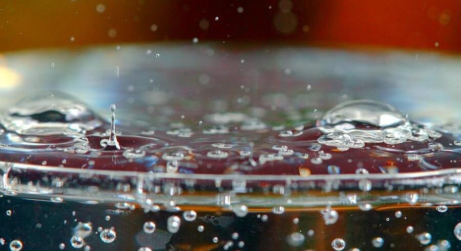 Der er slet ikke nok kulsyre i danskvand til at give syreskader, den bliver bare til de forfriskende bobler.