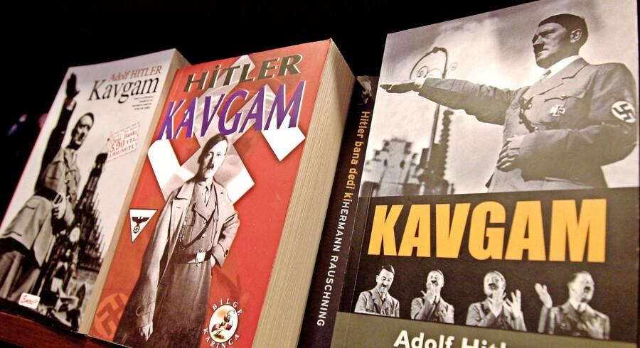 Adolf Hitlers »Mein Kampf«, Kavgam på tyrkisk, til salg i en boghandel i Ankara. Det har vakt vrede blandt tyrkiske jøder, at en dagligvarekæde var begyndt at sælge den. Foto: Tarik Tinazay/AFP