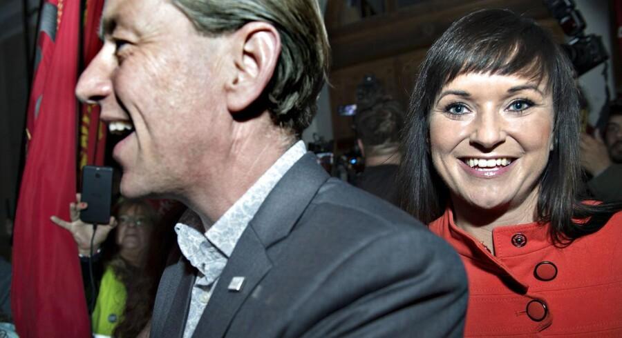 Chefforhandlerne på det statslige område, Sophie Løhde og Flemming Vinther, fejrer aftaleindgåelsen lørdag aften foran Forligsinstitutionen.