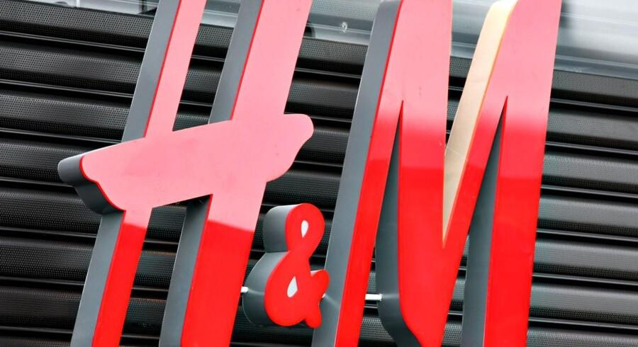 I år udvider H&M med 430 nye butikker. I maj var det samlede antal oppe på 4.498 butikker. Indtjeningen følger dog ikke med, og det har aktieanalytikere og investorer fundet ud af. Toppen blev nået i første og andet kvartal i 2015 med 368 svenske kroner, og siden er det gået mod sydøst til dagens pris på 201 svenske kroner. Arkivfoto.