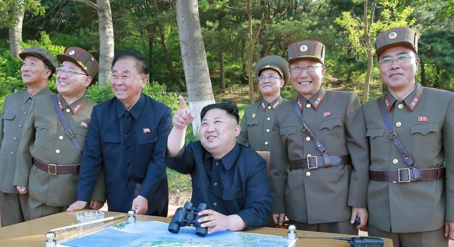 Nordkorea leder ved en anden missiltest i maj.