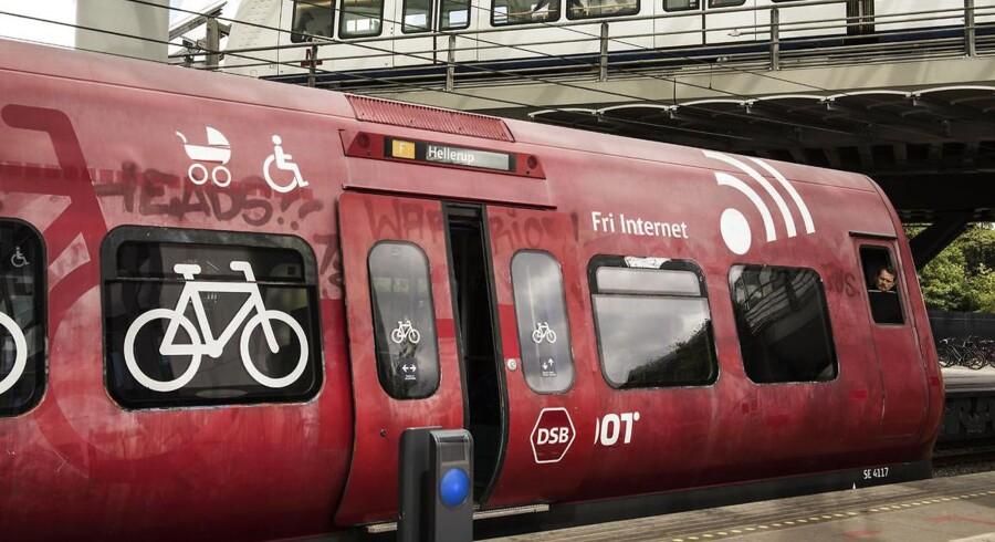 Påkørslen påvirker togtrafikken i myldretiden. Omkring klokken 16 oplyser DSB, at der ikke kører S-tog mellem Københavns Hovedbanegård og Svanemøllen Station.