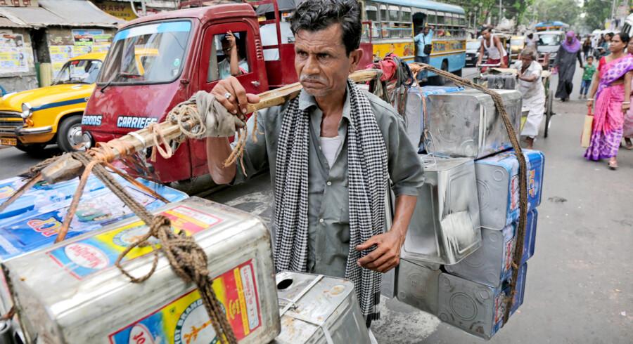 Samhandlen mellem Danmark og Indien led et knæk efter sagen om Niels Holck, der i 1996 kastede våben ned over landet. Men ifølge Dansk Industri mærker virksomhederne ikke mere til sagen. Foto: Piyal Adhikary/EPA