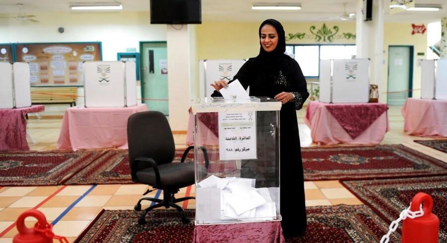 En kvinde stemmer i Jeddah.