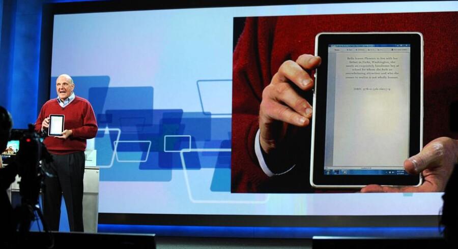 Microsofts topchef, Steve Ballmer, fremviser den nye læse-PC, som HP har produceret. Foto: Robyn Beck, AFP/Scanpix