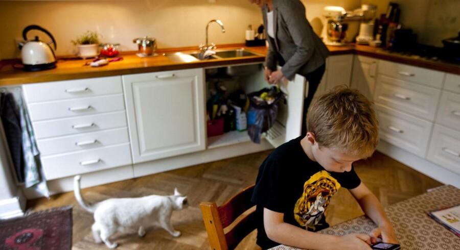 Modelfoto: Mobilen er en naturlig del af børnenes og de unges hverdag. Men den skal lægges væk, når vi spiser sammen, mener flertallet af danske familier.