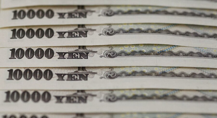 Japanske 10.000 yen sedler. REUTERS/Shohei Miyano