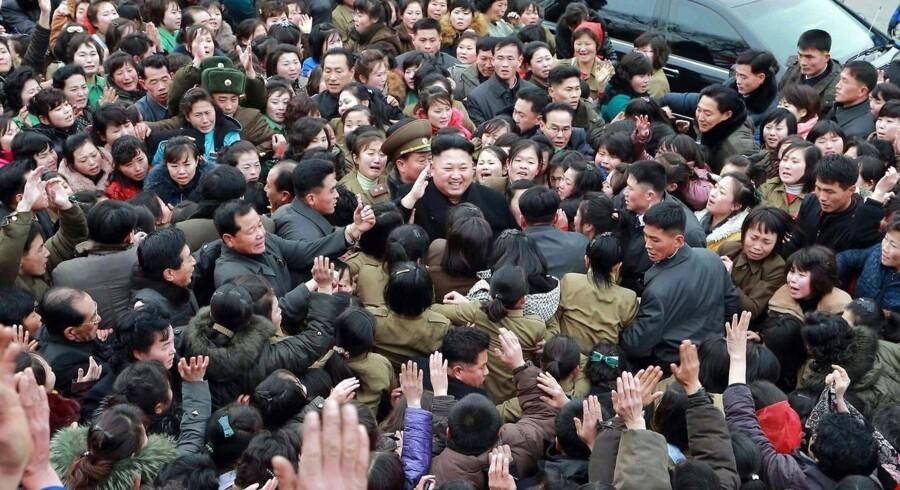 Det nordkoreanske nyhedsbureau KCNA har 21. december offentliggjort nye billeder af landets leder Kim Jong-un. Billedet viser ifølge nyhedsbureat folkets reaktion under Kim Jong-uns besøg på en tekstilfabrik i hovedstaden Pyongyang. Billedet er udateret.Billedets offentliggørelse kommer midt i balladen omkring filmen »The Interview«, der handler om et snigmord på Kim Jong-un, og som er trukket tilbage af Sony efter hackerangreb og terrortrusler, der angiveligt kommer fra Nordkorea.Det benægter Nordkorea dogNordkorea opfordrede lørdag USA til at deltage i en fælles undersøgelse af hackerangrebet på filmselskabet Sony Pictures, som FBI og præsident Obama beskylder Nordkorea for at stå bag.Opfordringen blev ifølge Reuters samtidig fulgt af en slet skjult trussel om, at det vil få »store konsekvenser«, hvis USA fortsætter »med sine beskyldninger og ikke går med i en fælles undersøgelse«.Nordkorea afviser fuldstændigt at kende noget til angrebet. Som den nordkoreanske udenrigsminister, Ri Su-yong, sagde til det statslige nordkoreanske nyhedsbureau:»Uden at ty til samme torturmetoder, som blev benyttet af det amerikanske CIA, har vi midler til at bevise, at denne hændelse intet har med os at gøre«.Læs også: Nordkorea truer USA med »store konsekvenser« i undersøgelse af hackersag