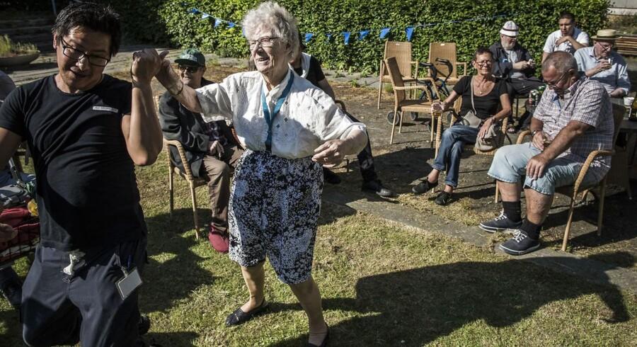 Onsdag d. 1. juni 2016 ramte Distortion København - og Sølund, et plejecenter for ældre på Nørrebro. Kirsten Hensel Nissen tog en svingom i haven med en af plejecentrets ansatte.