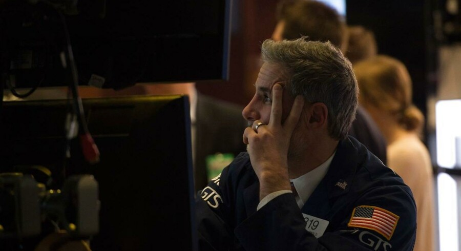 Danske Bank og Nordea har lagt sig i bunden af en negativt C25-indeks fredag, efter at de to aktier handles uden retten til de milliardudbytter, som de to bankers generalforsamlinger vedtog torsdag.
