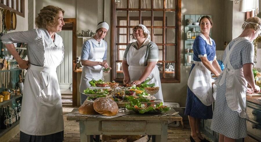 Action: Fru Andersen (Bodil Jørgensen) tilbyder at røre mayonnaisen, inden hun går. Foto: Mike Kollöffel/TV 2