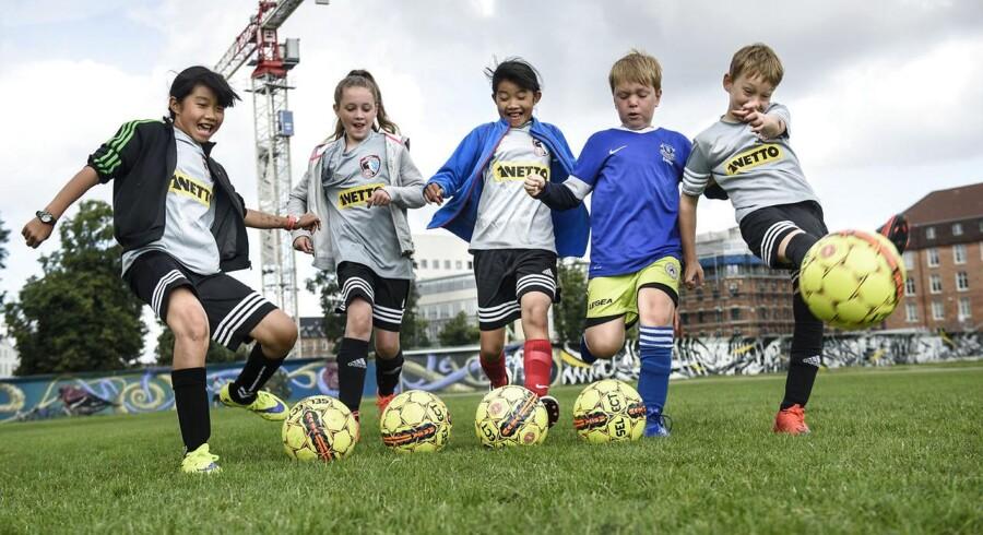 Forældre, der råber og skaber sig på sidelinjen til deres børns kampe, er blevet så stort et problem i Sverige, at storklubber nu har indført regler og sanktioner mod forældrene. Billedet her er tilfældige børn, der tilbringer sommerferien med at spille fodbold på fodboldskole i Fælledparken (Arkiv)