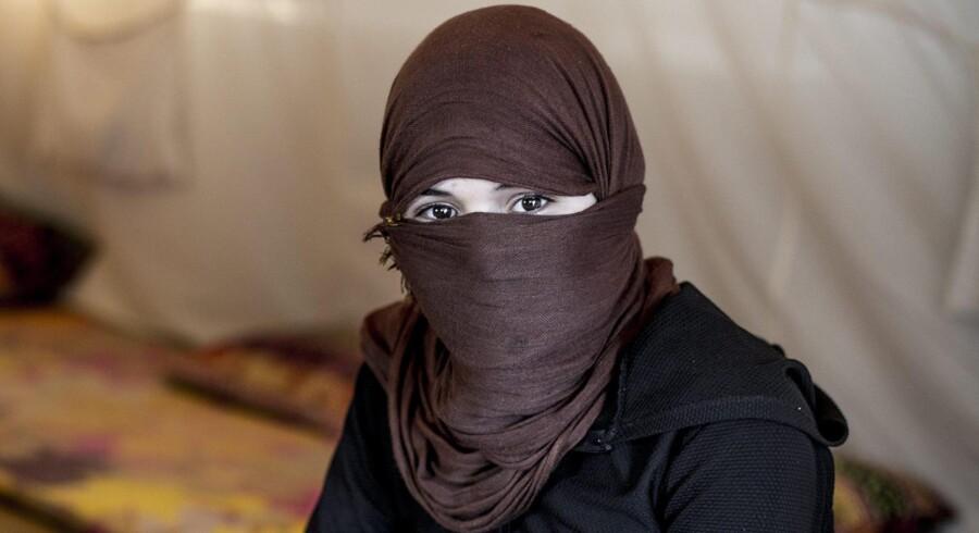 13-årige Zina var fange hos Islamisk Stat i to måneder, inden det i oktober sidste år lykkedes hende og en gruppe andre piger at flygte en sen nattetime. Den unge pige er en af de mange yezidier, som har fået smadret sin familie af terrororganisationen og ønsker at være anonym, da hun stadig har familiemedlemmer i IS-fangenskab.