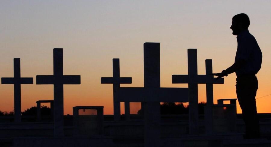 På den militære kirkegård i Nicosia markerer kors gravene over græske og cypriotiske soldater, som blev dræbt ved den tyrkiske besættelse af Cypern i 1974.