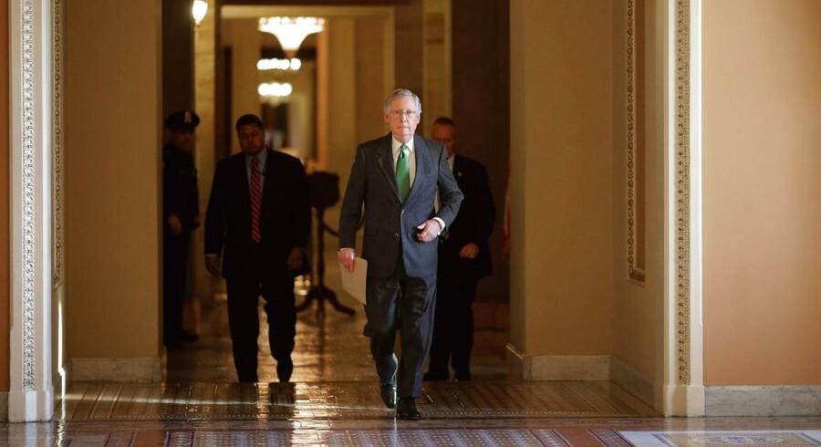 Leder af Senatet, Mitch McConnell, går fra sit kontor over til Senatet for at åbne debatten om Sikkerhedsdepartementets finansiering.