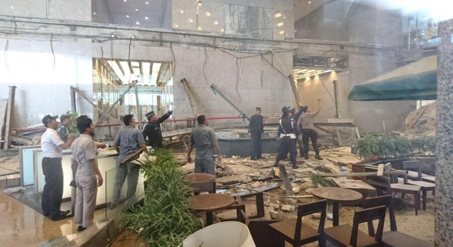 Ansatte og sikkerhedsfolk undersøger de umiddelbare eftervirkninger af det kollaps, der ved middagstid lokal tid skete i den indonesiske børs.
