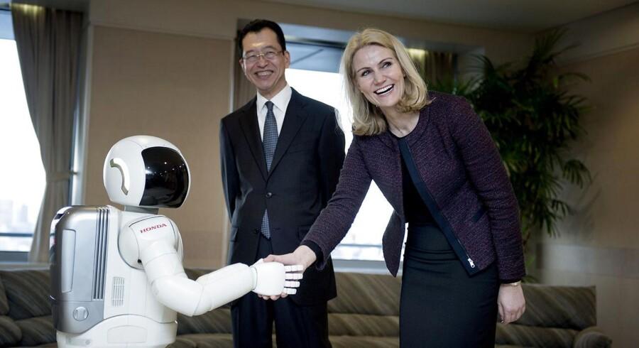 Under Helle Thornings besøg hos Honda i 2014 hilste hun på robotten Asimo. (Foto: Keld Navntoft/Scanpix 2014)