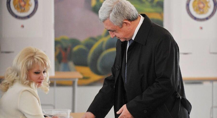 Præsident Serj Sarkisian er blevet mødt med anklager om valgsvindel efter valgsejr ved søndagens valg i Armenien.