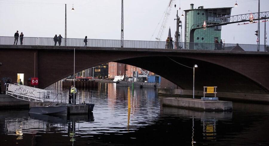 Betjente arbejder ved Langebro i København, lørdag den 6. maj 2017. En større ulykke har fundet sted lørdag aften i Københavns Havn. En kvinde meldes omkommet, mens mindst seks personer er kommet til skade ved ulykken, oplyser Københavns Politi i en pressemeddelelse. Ulykken skete kort før klokken 19.43 ved Langebro i København, hvor en eller flere jetski påsejlede en båd. Kort inden ulykken havde flere vidner alarmeret politiet om, at der sejlede jetski rundt i havnen. Politiet var derfor sejlet ud til området og så, at en båd blev påsejlet.