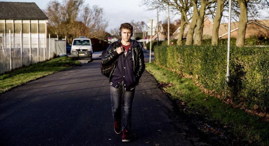Lukas Roland Stegeager på vej hjem fra skole: »Skolen er det samme som før. Nogle ting er værre,« siger han om skolereformen.
