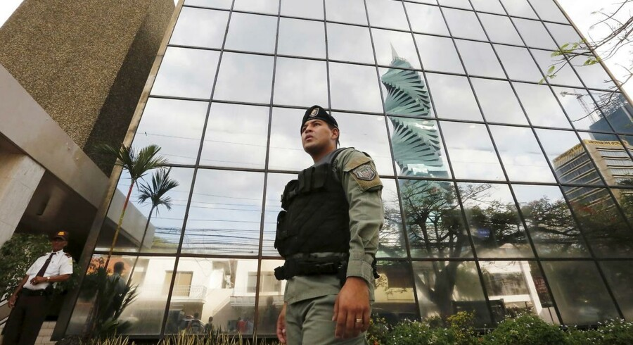 Arkivfoto: En betjent står foran advokatfirmaet Mossack Fonseca i Panama. REUTERS/Carlos Jasso