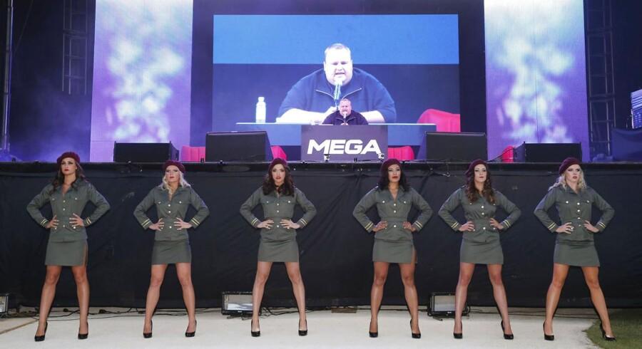 Kim Dotcom (siddende på podiet), stifter af først Megaupload og nu Mega, køber nu op for at komme på børsen i New Zealand. Foto: Nigel Marple, Reuters/Scanpix