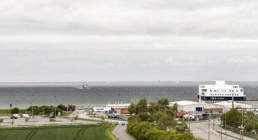 Transportminister Hans Chr. Schmidt udskyder Femern forbindelsen, som nu skal stå færdig 2024, skriver Sjælandske Medier...