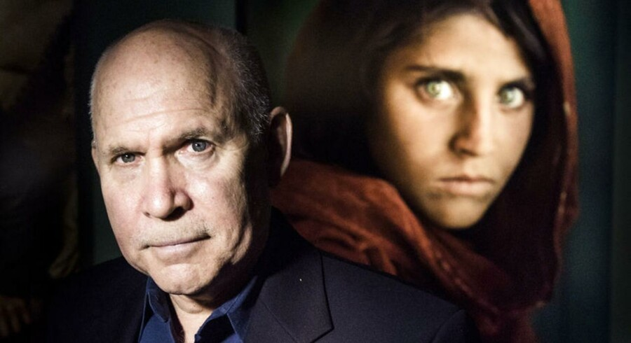 Steve McCurry, amerikansk fotograf, og »Afghan Girl«, Sharbat Gula, i baggrunden.