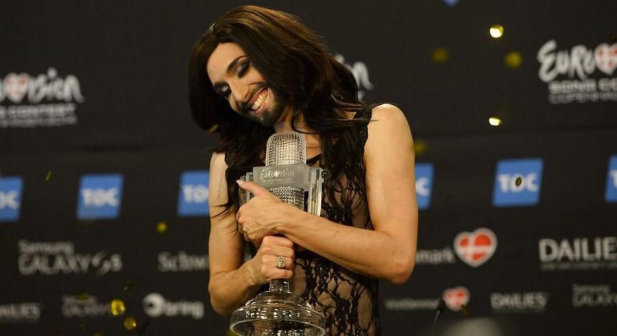 Conchita Wurst giver sejrstrofæet en krammer efter sejren ved Eurovision Song Contest 2014 lørdag aften på Refshaleøen i København.