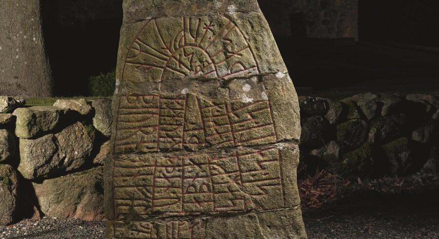 Sjörupstenen blev rejst i det sydlige Skåne i 980erne med teksten »Sakse satte denne sten efter Asbjørn sin fælle, Tokes søn. Han flygtede ikke ved Uppsala, men kæmpede så længe han havde våben«. Foto fra bogen: Roberto Fortuna